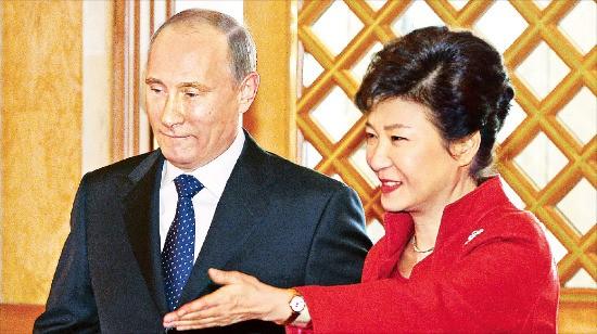 2013년 11월 청와대 정상회담 당시 박근혜 대통령(오른쪽)과 블라디미르 푸틴 러시아 대통령의 모습. 한경DB