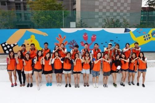 지난 3일 아동양육시설 내 수영장 벽화그리기 봉사활동 후 미래에셋장학생들이 기념사진촬영을 하고 있다.
