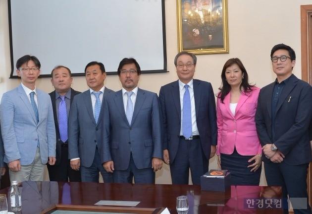 KT와 부산대병원, 부산테크노파크 등 관계자들이 카자흐스탄 알파라비 국립대에서 카자흐스탄 디지털헬스케어 시범사업 추진을 위한 양해각서(MOU)를 체결했다. / 사진=KT 제공