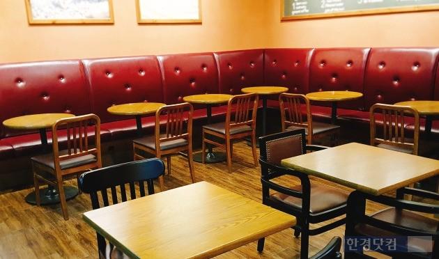 인천의 한 프랜차이즈 카페 매장. 4인용 테이블 없이 2인용 테이블만 배치했다.