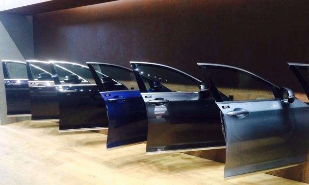 전시장 벽면에는 EQ900와 G80의 실제 차량의 문이 전시돼있다.