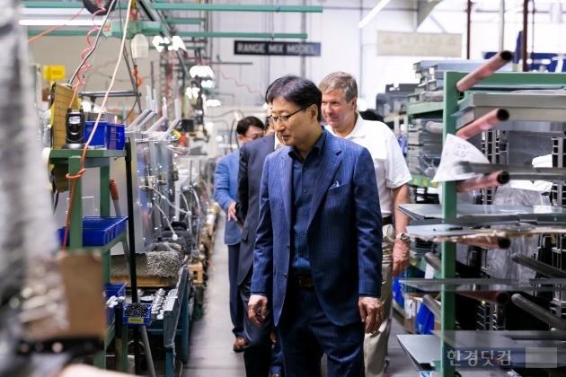 지난 8일(현지시간) 윤부근 삼성전자 사장이 미국 캘리포니아 인더스트리시에 있는 데이코의 생산현장을 둘러보고 있다. / 사진=삼성전자 제공