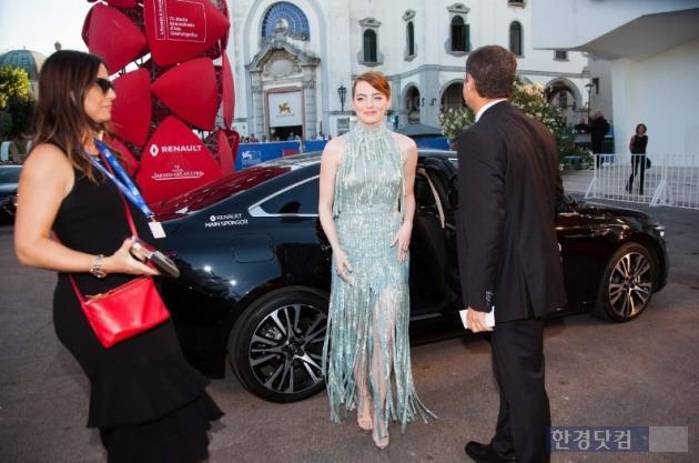 영화배우 엠마 스톤이 베니스 영화제 행사장에 SM6의 쌍둥이 모델 르노 탈리스만을 타고 도착하는 모습. (사진=르노삼성 제공)