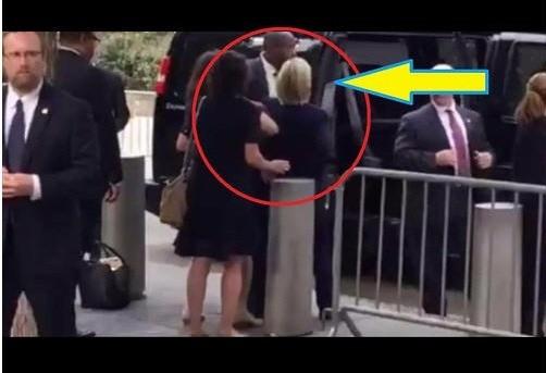 9.11 추모행사장 부근서 밴 차량을 기다리더 휘청이는 힐러리. 유튜브 캡처자료
