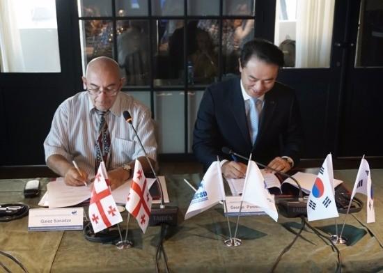 (좌측)조지아중앙예탁기관장(GCSD General Director ) Gaioz Sanadze(게오즈 사낟제)와  (우측) 한국예탁결제원 유재훈 사장이 상호협력에 관한 양해각서(MOU)를 체결하고 있다.