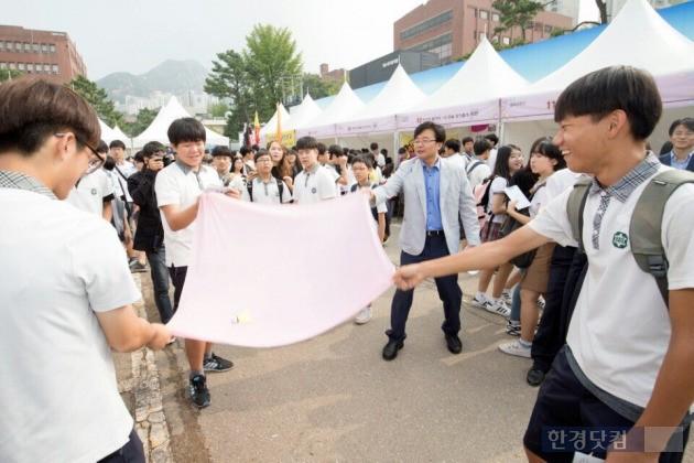 지난 9~10일 서울혁신파크에서 '2016 은평구 청소년 교육박람회'가 열렸다. 학생들과 함께 펼침막을 펴고 있는 김우영 구청장.