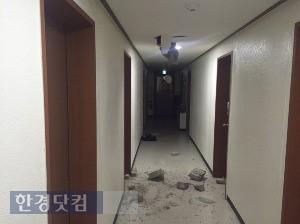 경북 포항의 한 건물. 지진 여파로 벽 일부가 깨지고 금이 갔다. / 카카오톡 사진 캡처
