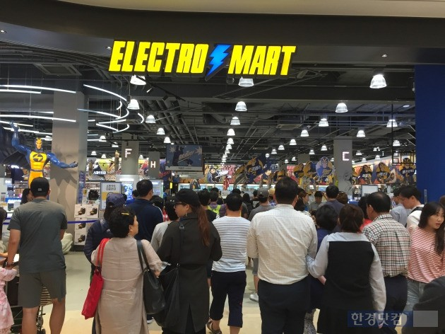 스타필드 하남 내 '일렉트로 마트' 전경. 오전 10시 개장 시간에 맞춰 쇼핑객들이 매장 안으로 들어서고 있다. (사진=한경닷컴)