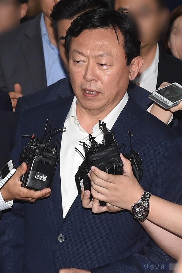 신동빈 롯데그룹 회장이 지난 7월 초 김포공항에서 기자들의 질문에 답을 하고 있는 모습. (사진=한경DB)