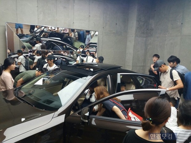 스타필드 하남을 찾는 쇼핑객들이 제네시스 전용관에서 차량을 살펴보고 있다.