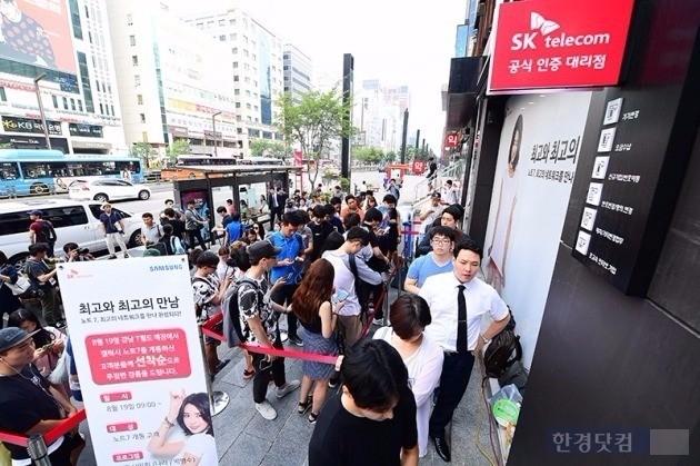 '갤럭시노트7'이 출시된 지난달 19일 오전 서울 강남 T월드 직영점 앞에서 개통을 기다리는 소비자들. / 사진=최혁 한경닷컴 기자