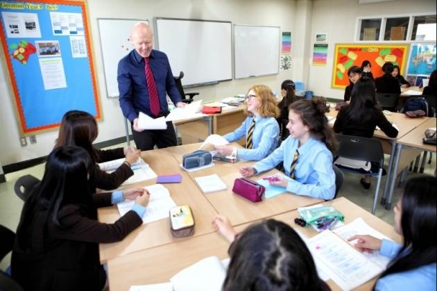 제주국제학교인 브랭섬홀아시아(BHA) 학생들이 문학 수업을 받고 있다. 대부분 수업이 토론형으로 이뤄지며 이를 위해 책상도 서로 마주 보도록 배치돼 있다. BHA 제공