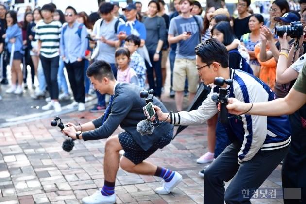 DJI 코리아가 지난달 28일 연 오즈모 체험 행사 '무빙 위드 카메라'. 소비자들이 오즈모를 들고 길거리 밴드 공연을 촬영하는 모습. / 사진=DJI 코리아 제공
