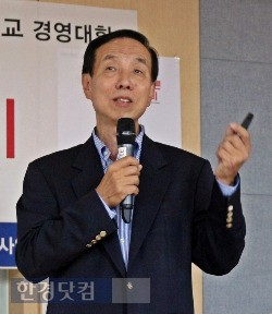 취업특강 하는 세종대 경영대 경력개발센터 최선욱 취업지원관.