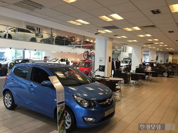 맨체스터 시내에 있는 복스홀 매장. 창원공장에서 만들어 영국으로 수출되는 비바(파란색 차량)가 전시장에 자리하고 있다. (사진=한경닷컴)