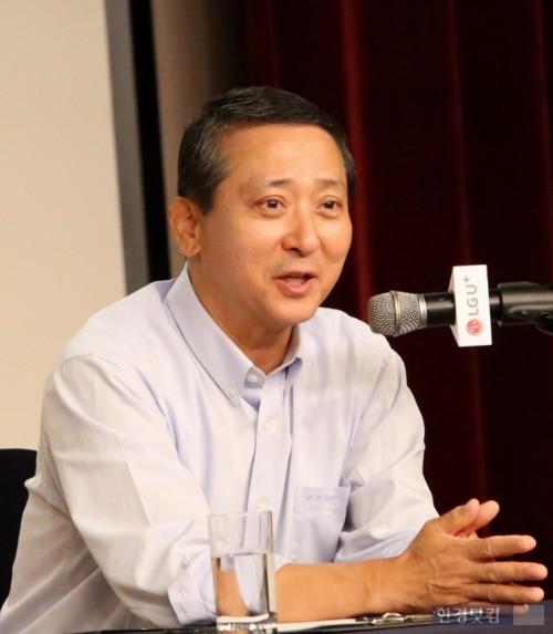 권영수 LG유플러스 부회장이 지난 23일 서울 용산사옥에서 열린 기자간담회에서 기자들의 질문에 답하고 있다. / 사진=LG유플러스 제공