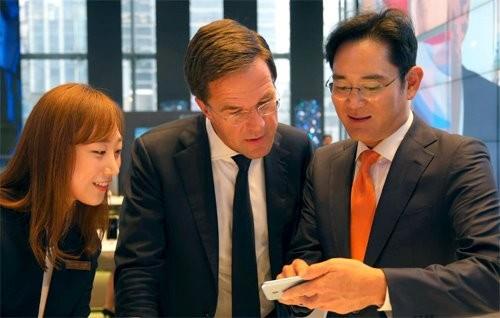 27일 오후 서울 삼성전자 서초사옥 내 삼성딜라이트 매장을 방문한 마르크 뤼터 네덜란드 총리(가운데)가 이재용 삼성전자 부회장(오른쪽)으로부터 갤럭시 노트7에 대한 설명을 듣고 있다./ 제공 삼성