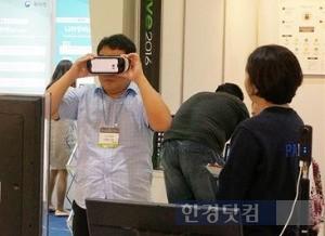'2016 SW대전' 관람객이 세종대 학생창업기업 나인브이알의 VR기술을 체험하고 있다. / 세종대 제공