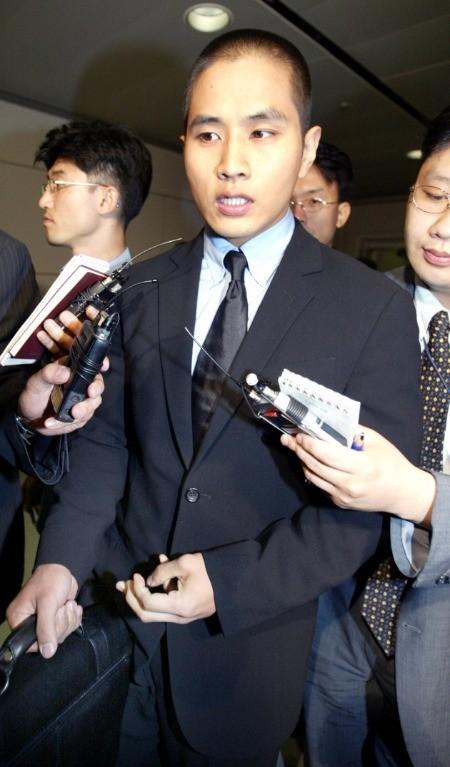 유승준. 지난 2003년 입국 금지조치가 일시 해제돼 입국하는 모습. 한경DB