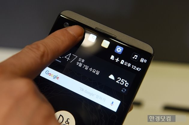 메인 스크린이 꺼진 상태라도 세컨드 스크린을 통해 시간, 방금 사용하던 애플리케이션, 설정 메뉴 등을 확인할 수 있었다.