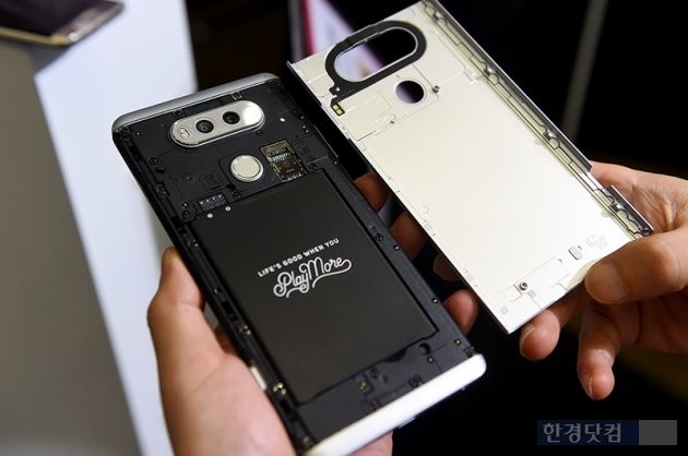 일체형 배터리 일색인 프리미엄 스마트폰에서 V20의 탈착식 배터리는 인상깊게 다가왔다.