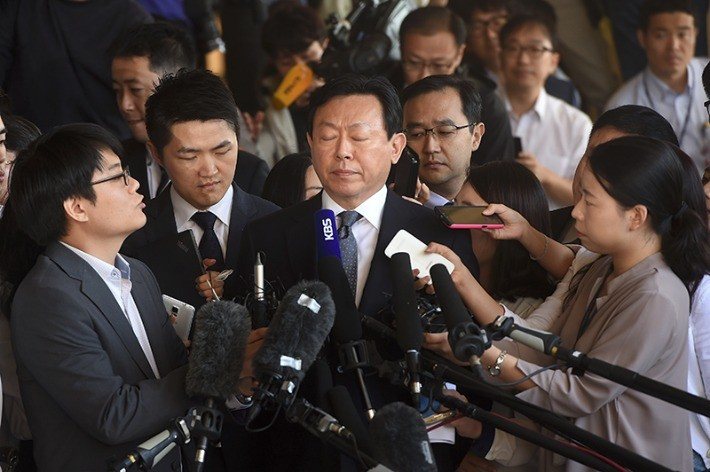 신동빈 롯데그룹 회장이 20일 검찰 조사에 앞서 기자들의 질문 공세를 받고 있다. 최혁 한경닷컴 기자