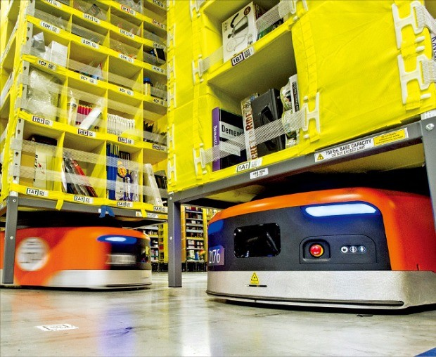 아마존의 키바(KIVA)는 수천만 개에 이르는 다양한 상품을 정확히 찾아내 배송 데스크로 옮긴다. 그 덕에 세계 최고의 빠른 배송을 보장한다.