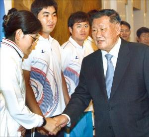 2008년 베이징 올림픽 양궁 금메달리스트 박성현 선수와 악수하고 있는 정몽구 현대자동차그룹 회장(오른쪽).