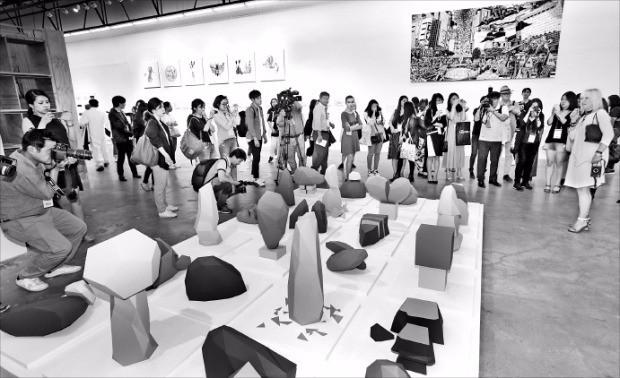 1일 열린 2016 광주비엔날레 개막식에 참석한 관계자들이 광주비엔날레 전시관에 출품된 작품을 둘러보고 있다. 연합뉴스
