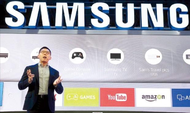 삼성전자 이원진 부사장이 1일(현지시간) 독일 베를린 국제가전전시회(IFA) 개막에 앞서 열린 삼성전자 프레스콘퍼런스에서 퀀텀닷 TV에 대해 설명하고 있다. 삼성전자 제공