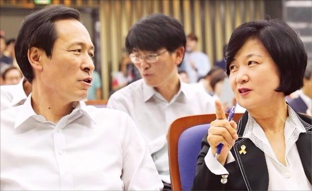 추미애 더불어민주당 대표(오른쪽)와 우상호 원내대표가 2일 국회에서 열린 2016 정기국회 대비 의원워크숍에서 얘기하고 있다. 연합뉴스