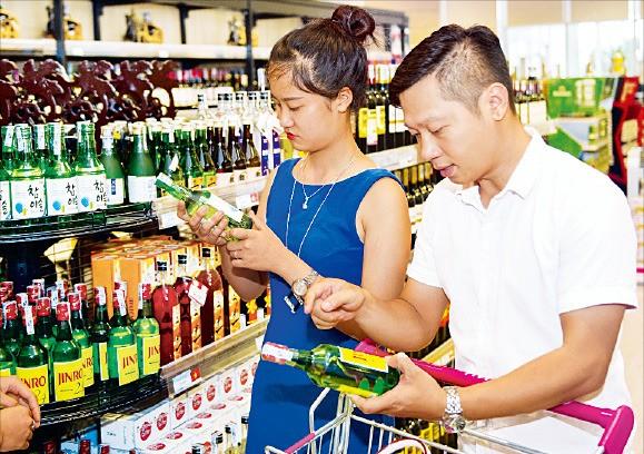 베트남 하노이에 있는 대형마트 이온에서 현지 소비자들이 한국 소주인 참이슬과 진로24를 살펴보고 있다. 하이트진로 제공