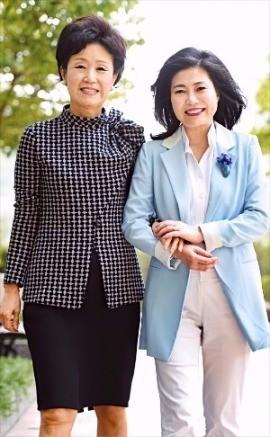손병옥 회장(왼쪽)과 한경희 대표가 지난 1일 서울 반포동 JW메리어트호텔 앞에서 WCD 운영 방안에 대해 논의하며 함께 걷고 있다. 강은구기자 egkang@hankyung.com