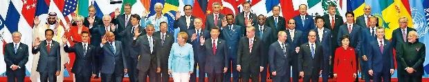 < G20정상들 한자리에 > 박근혜 대통령을 비롯한 각국 정상들이 4일 중국 항저우 국제전시장에서 열린 주요 20개국(G20) 정상회의에 앞서 기념촬영하고 있다. 앞줄 오른쪽부터 나렌드라 모디 인도 총리, 마우리시오 마크리 아르헨티나 대통령, 박 대통령, 프랑수아 올랑드 프랑스 대통령, 블라디미르 푸틴 러시아 대통령, 레제프 타이이프 에르도안 터키 대통령, 시진핑 중국 국가주석, 앙겔라 메르켈 독일 총리, 버락 오바마 미국 대통령. 항저우=강은구 기자 egkang@hankyung.com