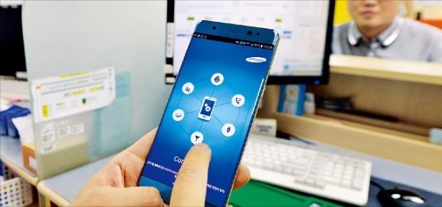 삼성전자는 휴일인 4일에도 갤럭시노트7의 제품 점검 서비스를 제공했다. 서울 공평동 종로타워의 서비스센터에서 한 소비자가 제품 점검을 받고 있다. 김범준 기자 bjk07@hankyung.com