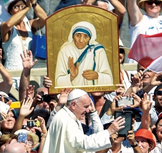 4일 로마 바티칸 성베드로광장에서 열린 테레사 수녀 시성식에서 프란치스코 교황이 가톨릭 신자와 순례자들에게 인사하고 있다. 연합뉴스