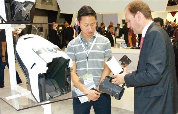 마르쿠스 밀레 밀레 회장(오른쪽)이 본지 기자에게 신제품 청소기의 성능을 소개하고 있다. 밀레 제공
