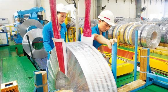 포스코 베트남 철강가공센터 직원들이 전자업체에 납품할 철강 가공제품을 점검하고 있다. 정지은 기자