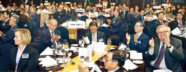 '글로벌 인재포럼 2015'의 주요 연사와 참석자들이 지난해 11월3일 서울 삼성동 그랜드인터컨티넨탈파르나스호텔에서 열린 환영 리셉션에서 환영사를 들으며 박수를 치고 있다. 한경 DB