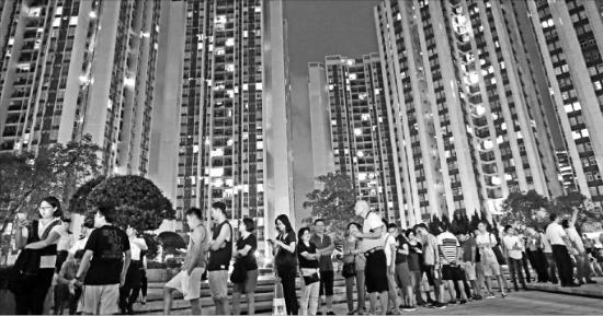 < 늦은 밤까지 이어진 투표 열기 > 홍콩 입법회의원 선거가 치러진 4일 유권자들이 마감시간이 지난 늦은 밤까지 투표하기 위해 투표소 앞에서 줄 서 있다. 홍콩AP연합뉴스