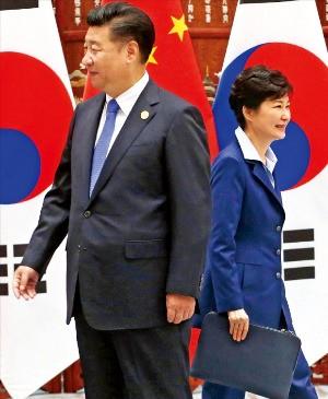 주요 20개국(G20) 정상회의에 참석한 박근혜 대통령이 5일 중국 항저우 서호(西湖) 국빈관에서 시진핑 중국 국가주석과 정상회담을 했다. 두 정상이 반갑게 악수한 뒤 상대방 측 배석자들과 인사하기 위해 걸음을 옮기고 있다. 항저우=강은구 기자 egkang@hankyung.com