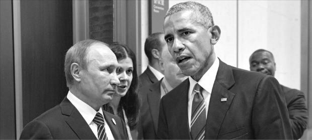 버락 오바마 미국 대통령(오른쪽)과 블라디미르 푸틴 러시아 대통령이 5일 주요 20개국(G20) 정상회의장 밖 복도에서 만나 심각한 표정으로 대화하고 있다. 두 정상이 만난 것은 프랑스 파리에서 열린 '제21차 유엔 기후변화협약 당사국총회(COP21)'에서 비공개 양자회담을 한 뒤 9개월여 만이다. 항저우AFP연합뉴스