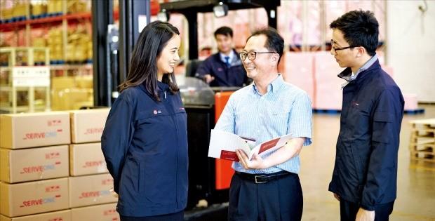 허내윤 서브원 MRO중국법인장(가운데)이 중국 난징 물류허브센터에서 중국 전역으로 공급할 MRO 물품을 확인하고 있다. 서브원 제공