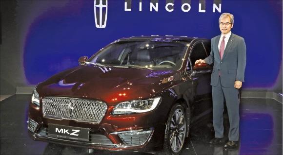 정재희 포드코리아 사장이 5일 뉴 링컨 MKZ 출시 행사에서 신차를 소개하고 있다. 포드코리아 제공