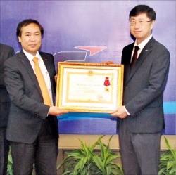 백인재 LS비나의 법인장(오른쪽)이 레단선 베트남 하이퐁 인민위원회 부위원장(왼쪽)으로부터 1급 노동훈장을 건네받고 있다.