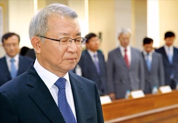 """< 대법원장, 10년 만에 대국민 사과 > 양승태 대법원장이 6일 서울 서초동 대법원에서 현직 부장판사가 뇌물 수수 혐의로 구속된 사건과 관련해 """"사법부를 대표해 국민 여러분에게 깊이 사과한다""""고 고개를 숙였다. 대법원장이 판사의 비리와 관련해 대국민 사과를 한 것은 1995년 2월과 2006년 8월에 이어 이번이 세 번째다. 김범준 기자 bjk07@hankyung.com"""
