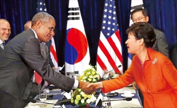 < 사드 공조 재확인 > 박근혜 대통령과 버락 오바마 미국 대통령이 6일 라오스 비엔티안 랜드마크호텔에서 정상회담을 하기에 앞서 반갑게 악수하고 있다. 비엔티안=강은구 기자 egkang@hankyung.com