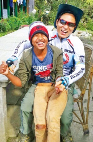 네팔 지진 피해 어린이를 위한 학교 짓기 봉사활동에 참여한 이재구 리마켓 대표.