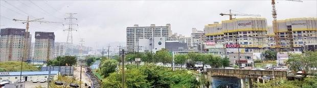 성남~여주복선전철 개통이 가까워지자 경기 광주시 태전지구 부동산시장이 들썩이고 있다. 아파트 공사가 한창인 태전지구 일대. 이소은 기자