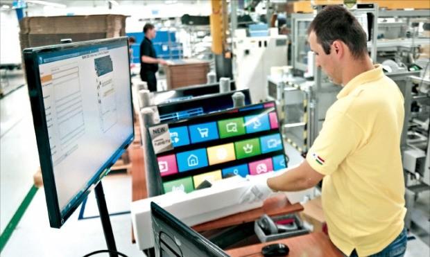 삼성 헝가리 야스페니사루시(市) 공장에서 근로자가 TV 출하 전 최종 점검을 하고 있다. 삼성전자 제공